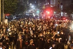 Демонстранты вышли на улицы протестовать против комендантского часа и возможного карантина.