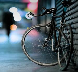 Девушка была на велосипеде без шлема.