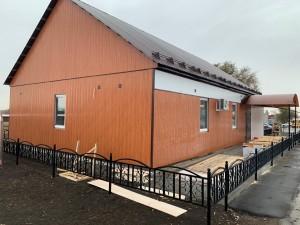 Выполнена внутренняя отделка стен, заканчивается монтаж фасада и подвесного потолка, выполняется укладка линолеума и установка дверей.