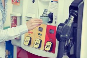 Современные заправочные станции часто работают с предприятиями по безналичному расчету. И в качестве документов, которые подтверждают право на то, чтобы получить бензин, водители получают талоны или карты на топливо.