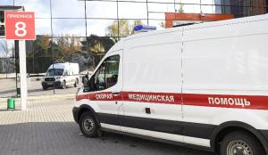 Две машины скорой помощи ночью 27 октября привезли двух пациентов к зданию Минздрава вОмске- в больницах пациентов, которые нуждались в кислороде, отказывались принимать из-за нехватки мест.