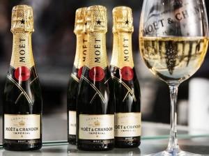 А когда на пост с бутылками Moët Chandon, Veuve Clicquot и Dom Perignon обратили внимание журналисты, автор поспешил оправдаться, что фото архивное.