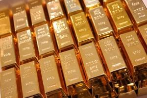 Центробанки стали продавать золото впервые за десятилетие