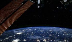 """Специалистывместе с экипажем станции продолжают изучение трещины в модуле """"Звезда""""."""