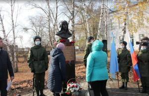На 25-летие подвига Героя России танкиста Павла Немцова в его родовом селе Борское СО торжественно открыли бронзовый бюст на постаменте.
