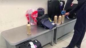 В аэропорту провели экспресс-тест, который указал на наличие в емкостях из-под шампуней наркотических средств.
