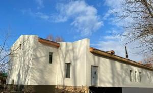 Реконструкция устаревшего здания предполагает полную перепланировку внутренних помещений, замену кровли, систем отопления, водоснабжения.