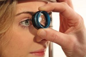 Тяжелым заболеванием глаз является глаукома. Речь идет о заболевании, которое вызывает повреждение зрительного нерва и сетчатки.