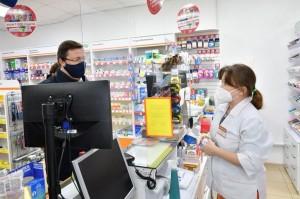 Где расспросил фармацевта о наличии препаратов для лечения COVID-19 и вирусных заболеваний.