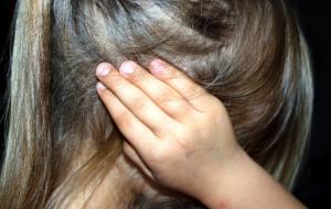 4 ноября мужчина подошел на детской площадке в Истре к девочкам 7 и 9 лет и под надуманным предлогом заманил их к себе в машину. После чего увез их и изнасиловал.