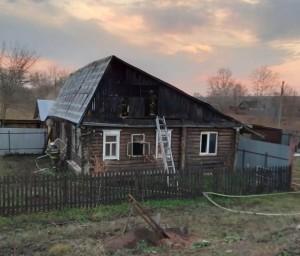 Причиной пожара стало короткое замыкание электропроводки на чердаке дома.