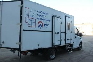 В передвижных автомастерских удобно установлен стеллаж для транспортировки и хранения необходимого оборудования, инструментов, ограждений и знаков.