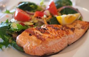 В такой рыбе содержатся жирорастворимые витамины – А, Е, D и K2, которые помогают поддерживать иммунитет человека и помогают профилактике вирусных заболеваний.