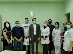 Парламентарий вручил врачам и медперсоналу продуктовые наборы, а также пообщался с медиками, поблагодарив их за самоотверженный труд.