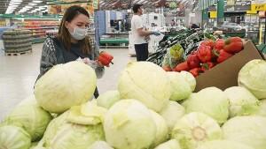 В холодное время года желательно отдавать предпочтение доступным сезонным овощам и фруктам, а не экзотическим.