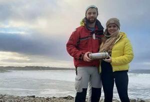 Находка была сделана серферами Софи Керран и Конором Маклори на одном из пляжей в графстве Донегол.