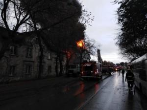 В частном секторе Самары загорелся трехэтажный дом