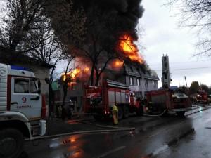 На тушение пожара привлекались 137 человек, 51 единицатехники.На месте пожара обнаружены 4 погибших, еще 5 человек пострадали.