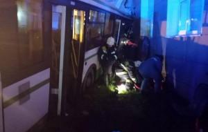 Автобус не остановился на красный свет светофора, водитель не реагировал на крики пассажиров остановиться и увеличивал скорость, в итоге автобус въехал в здание университета.