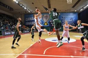 Самарских баскетболистов и преданных болельщиков с победой поздравил Дмитрий Азаров.