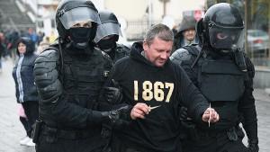 В общей сложности в ходе протестов в белорусской столице задержаны 394 человека, причем подавляющее большинство ― в Минске.