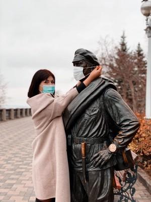 Чтобы поучаствовать в челлендже необходимо выложить в социальные сети свою фотографию в защитной маске рядом с памятником, на который также надета маска.