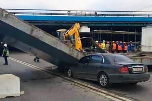 Плита опрокинулась на легковой автомобиль, никто не пострадал.