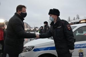 Дмитрий Азаровпередал сотрудникам полиции ключи от 6 автомобилей ДПС и 4 машин ППС