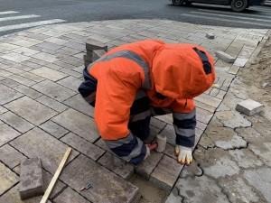 Сегодня рабочие занимались устройством тротуарного покрытия в границах улиц Полевой и Маяковского.