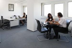 Более 64% россиян заявили о дружбе с конкурентами по работе