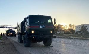 Российскую колонну сопровождали сирийские силовики.