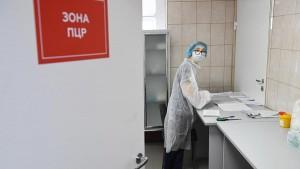 Кроме того, Роспотребнадзор разрешил контактировавшим с больными коронавирусом покидать самоизоляцию спустя 14 дней без теста на COVID-19.