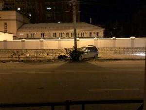Ночью в Самаре машина врезалась в столб