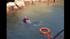 Девушка поскользнулась на камнях и упала в реку, после чего сразу начала тонуть. При этом очевидцы не торопились спасти ее, а лишь начали кричать.