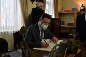 Дмитрий Азаров поблагодарил руководство Куйбышевской железной дороги и музея за работу по сохранению исторической памяти.