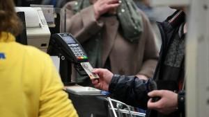 Суть мошенничества в том, что к покупателю из очереди подходит человек, который предлагает заплатить за покупки картой, а взамен от потенциальной жертвы получить наличные.