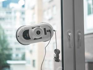 Специально для мойки разных глянцевых поверхностей типа окон или витрин, а также зеркал и стеклянных перегородок, дверей и столов, стен и полов из плитки, специально разработан робот Hobot.