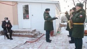 Под Самарой военный оркестр дал концерт у дома 96-летнего наводчика легендарной Катюши