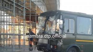 Автобус протаранил строительные леса Фрунзенского моста в Самаре