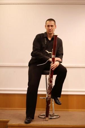 На этом инструменте играет концертмейстер группы фаготов Кирилл Гольченко, работающий в театре с 2005 года.