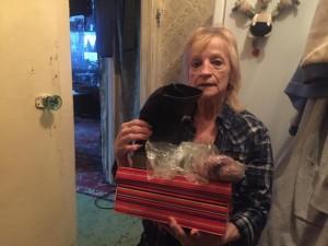 Пенсионерка попала в больницу. Готовиласьк выписке. Проблема оказалась в том, что у одинокой пожилой женщины нет зимней обуви,итеплые вещи остались в квартире.