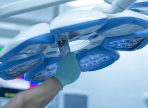 Хирургическое вмешательство было проведено с участием мультидисциплинарной бригады врачей-онкологов и сосудистых хирургов, что позволило избежать осложнений.