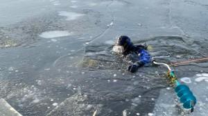 Рыбак, пересекая акваторию озера, не заметил промоину и оказался в воде. Самостоятельно выбраться на плотный лед он не смог.
