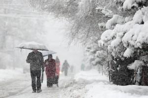 Если снегопад застал вас на улице, внимательно смотритепо сторонам при переходе проезжей части, не делать резких движений и будьте предсказуемыми для водителей.