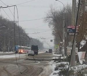 Водитель грузовика снес опору контактной сети, оборвав провода, и скрылся в неизвестном направлении.