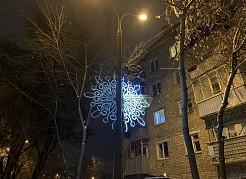 Светящиеся консоли в виде снежинок начали монтировать накануне вечером. Работы закончились после полуночи.