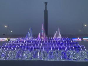 Во всей красе самарцы смогли увидеть светодинамическую конструкцию, напоминающую сверкающий ледяной дворец.