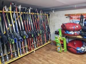 Уже завтра начинают свою работу: пункт проката зимнего инвентаря и подготовки лыж, камера хранения, каток (в эти выходные вход на каток бесплатный).