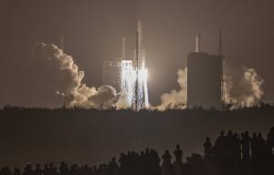Аппарат примерно через три недели должен доставить на Землю образцы лунного грунта.