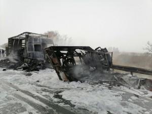 В Самарской области два грузовика столкнулись и загорелись, погибли трое